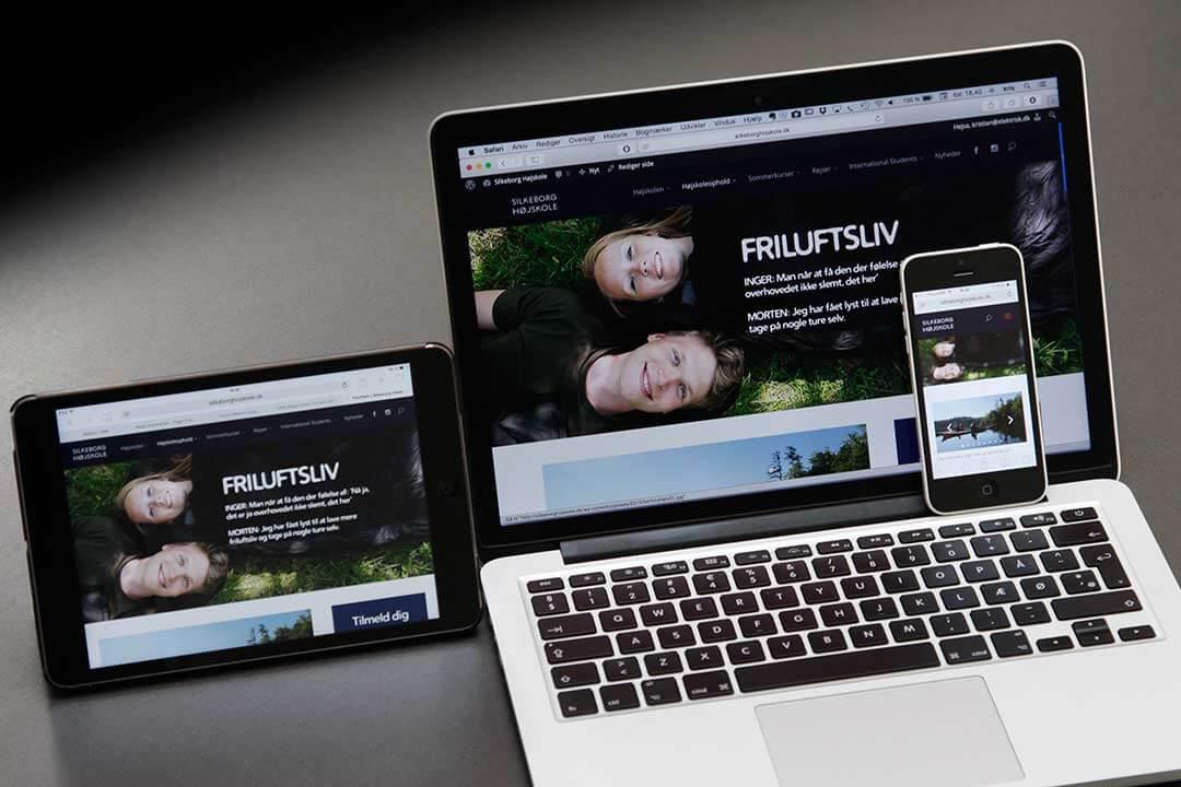 Computer og apparater der viser Silkeborg Højskoles website